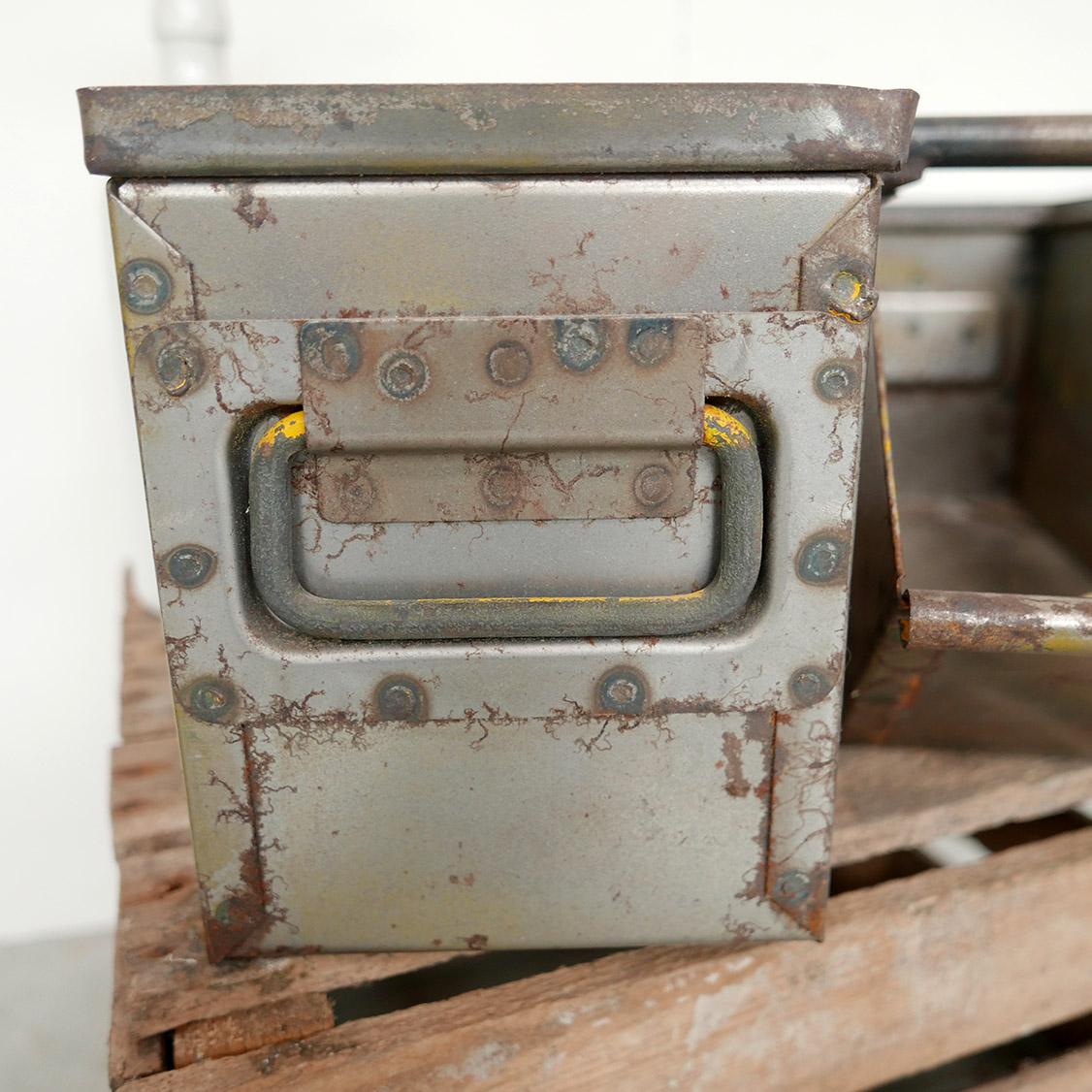 casier industriel en m tal vintage objet de m tier rangements. Black Bedroom Furniture Sets. Home Design Ideas