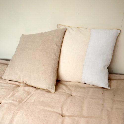 Coussin en tissu ancien, non déhoussable – CHEZ les VOISINS