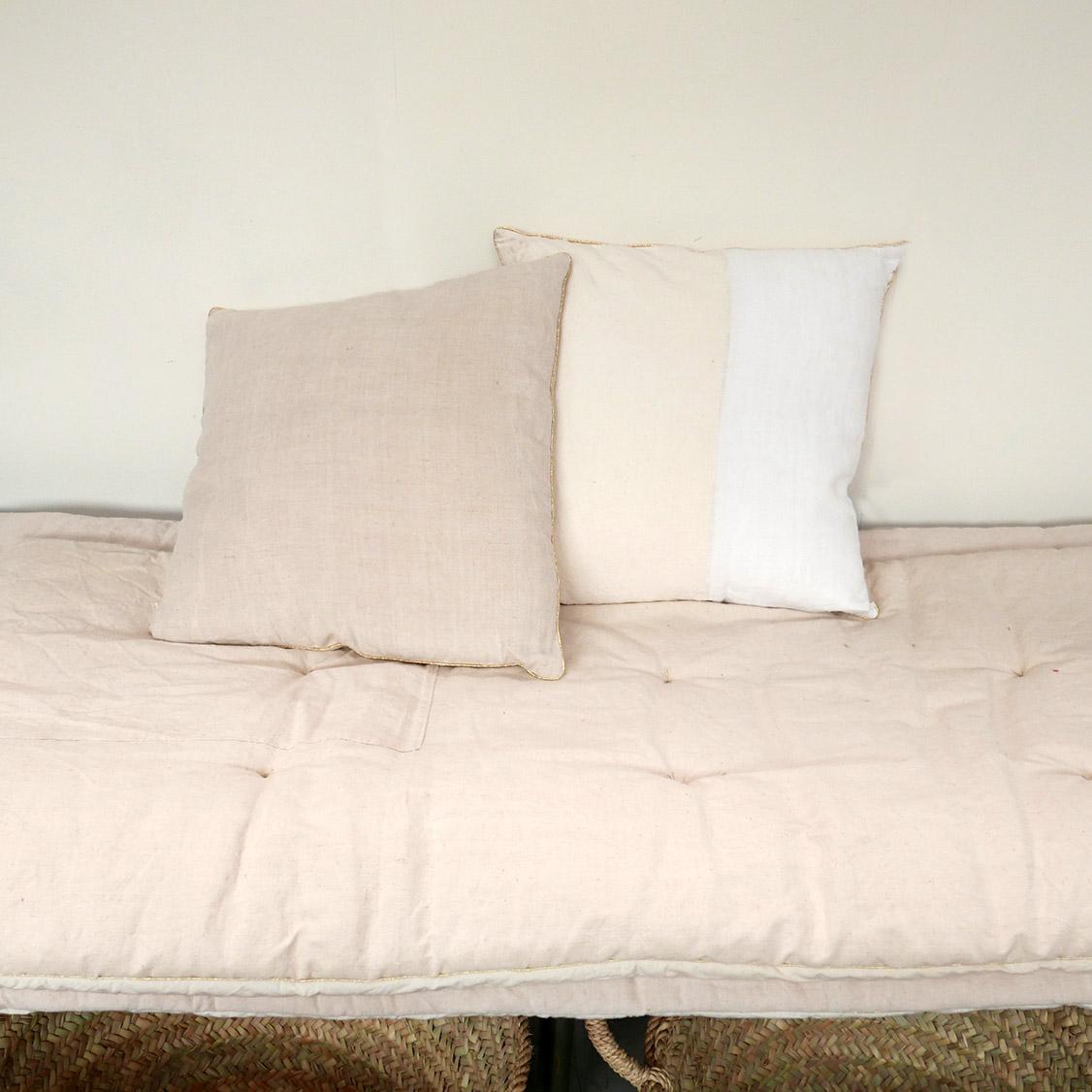 coussin en tissu ancien v 1 chez les voisins. Black Bedroom Furniture Sets. Home Design Ideas