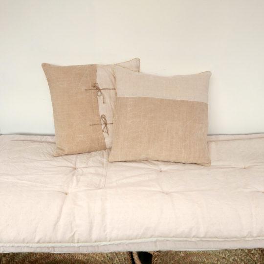 coussin en tissu ancien édité par chez les voisins
