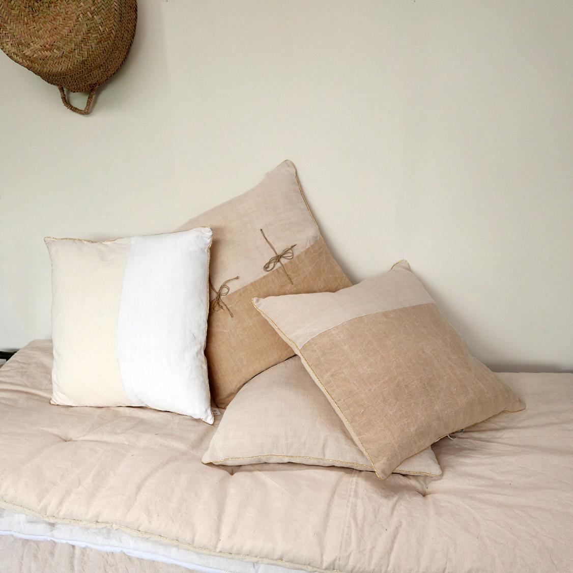 coussin en tissu ancien v 2 chez les voisins. Black Bedroom Furniture Sets. Home Design Ideas