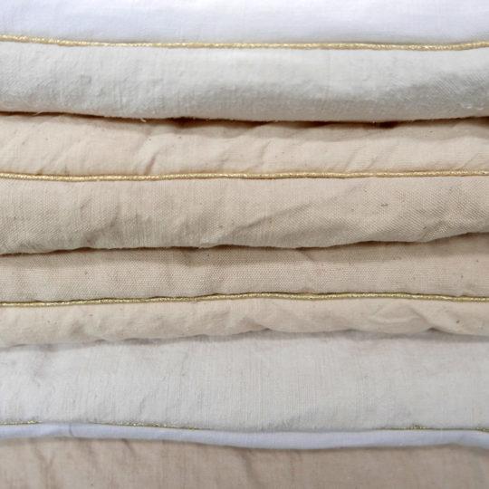 Cover sofa en tissu ancien et liseret doré, lin, crème