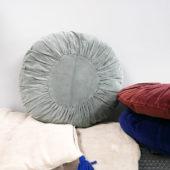 coussin rond en velours bleu gris
