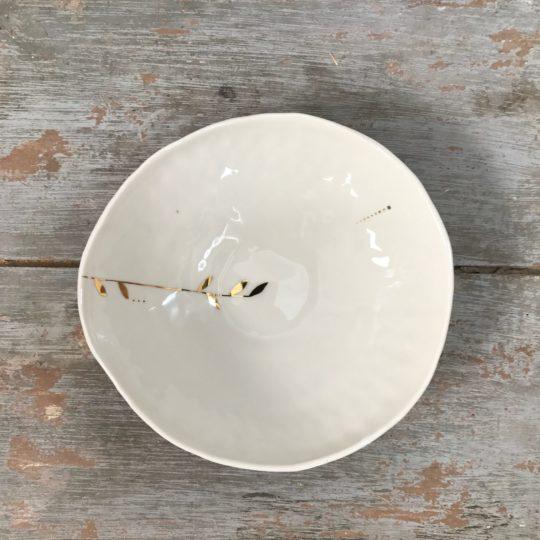 assiette creuse en ceramique realise par Myriam Ait Amar