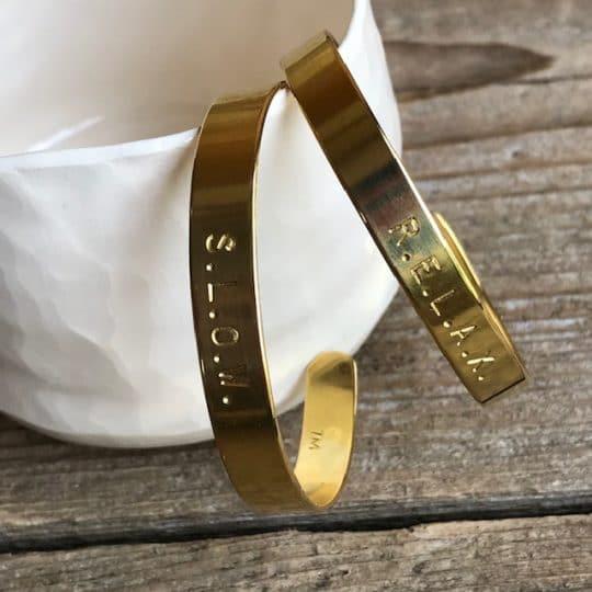 bracelet-jonc-en-laiton-gravé