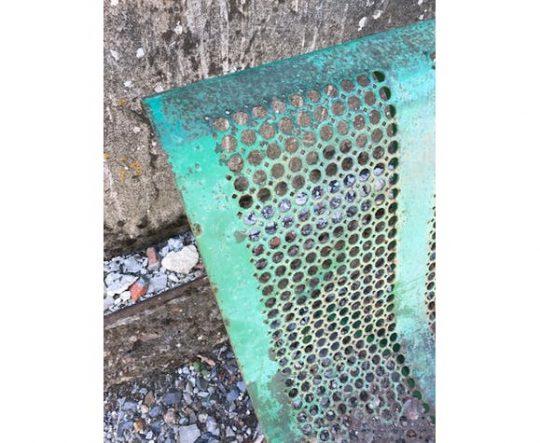 Banc de jardin en métal perforé vintage