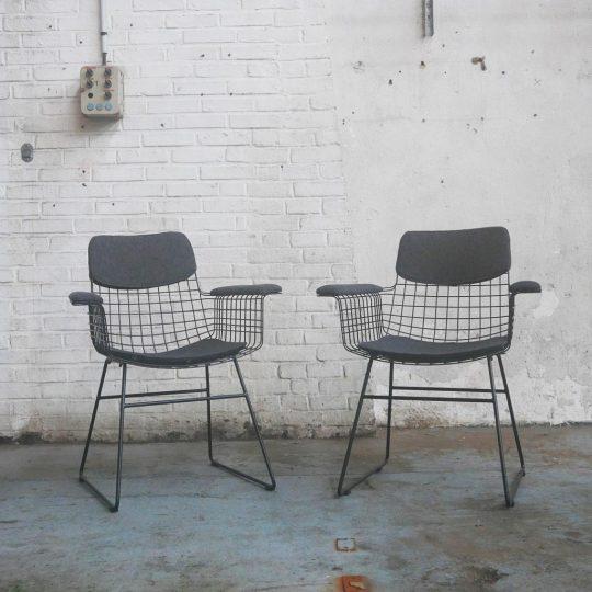 fauteuil avec accoudoirs en métal noir wire