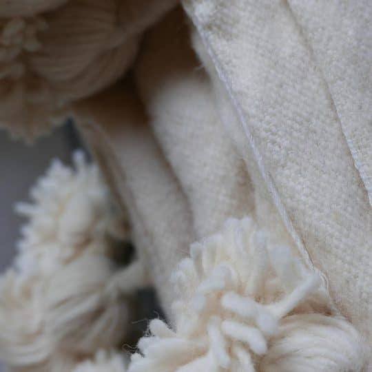 couverture en laine avec pompons