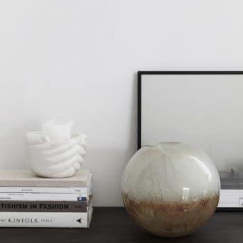 Vase boule en verre décoré