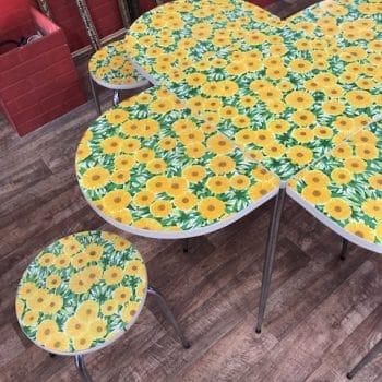 Table et ses 4 tabourets vintages