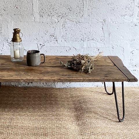 table basse en bois tasse en grès miroir mercure brocante