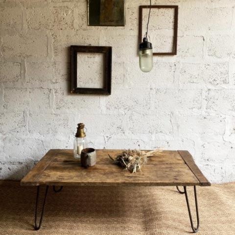 table basse en bois tasse en grès miroir mercure