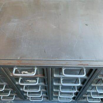 Meuble à casier en métal