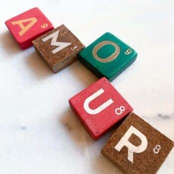 Lettre vintage en bois, fond coloré