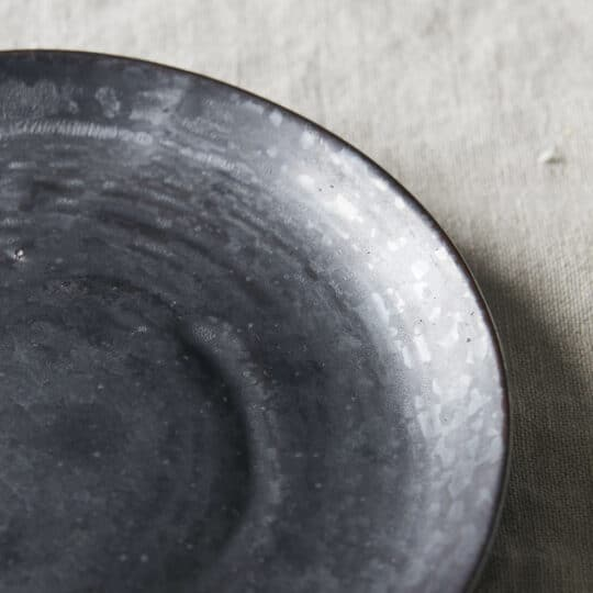 assiette dessert en grès noir PION _ House Doctor