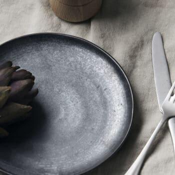 Assiette plate en grès noir