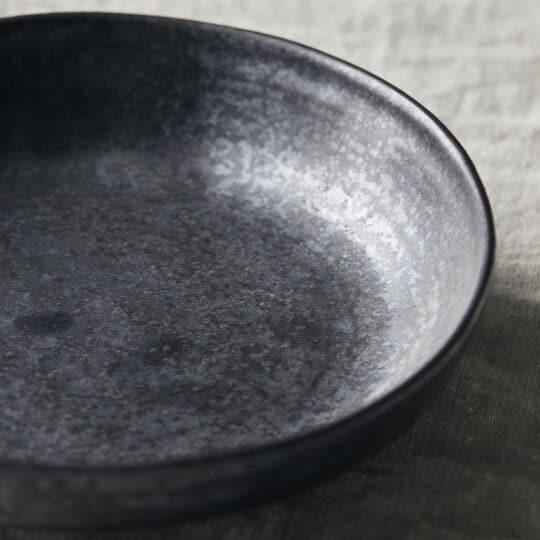 assiette creuse en grès noir PION _ House Doctor