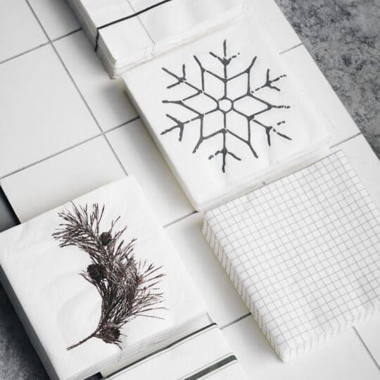 serviette en papier noire et blanche