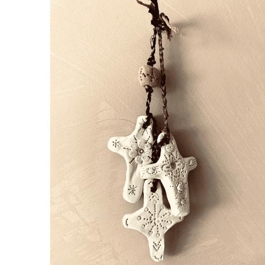 petite croix en argile
